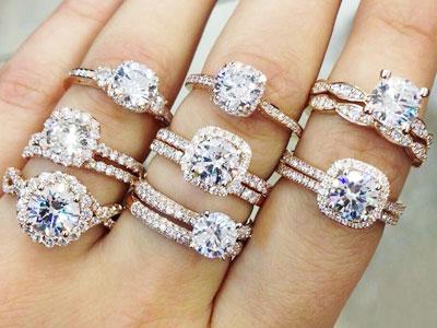 main de femme portant plusieurs bagues de fiançailles à chaque doigt