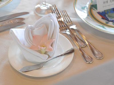 pliage de serviettes en forme de fleur