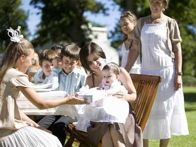 baptême d'une petite fille avec sa famille