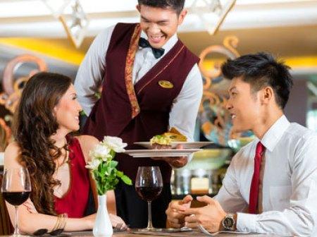 service d'un diner au restaurant