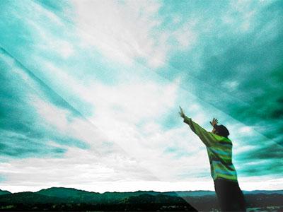 homme les bras levés vers le ciel