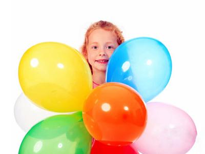 petite fille rousse tenant des ballons d'anniversaire