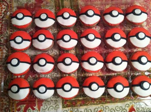 4 rangées de cupcakes pokeball rouges et blancs pour un anniversaire pokemon