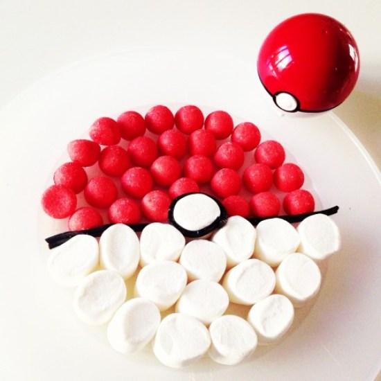 Gateau de bonbons en forme de pokeball rouge et blanche pour un anniversaire pokemon