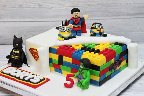 Gâteau d'anniversaire Lego avec des briques multicolores et des personnages lego