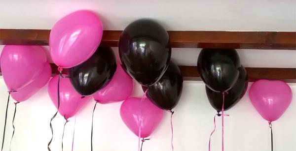 Ballons hélium en coeur rose fuschia et noirs pour une décoration d'anniversaire Chica Vampiro