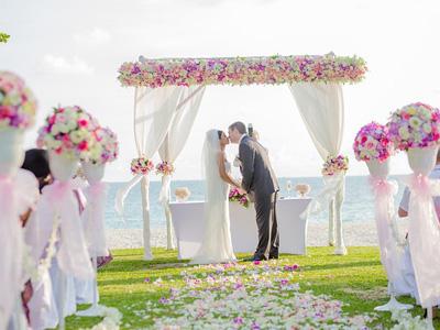 Célébration de mariage. Les mariés s'embrassent