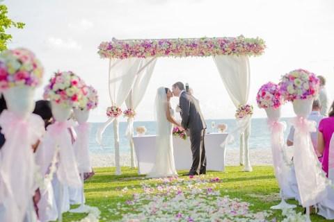 Mariés s'embrassant devant un autel en extérieur