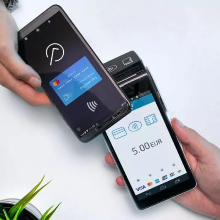Um telefone que paga com um leitor de cartão NFC