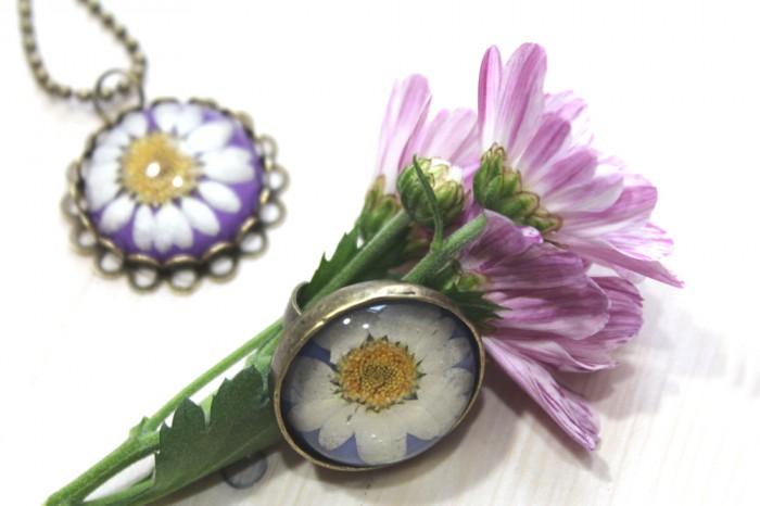 Klunker-Schmuck Frühlingskollektion mit echten Blüten. Ring + Kette.