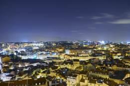 Vue de nuit sur Lisbonne depuis le Miradouro da Senhora do Monte