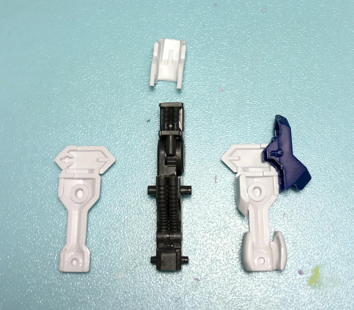 前腕部の挟み込みタイプの装甲は1度接着してから切断