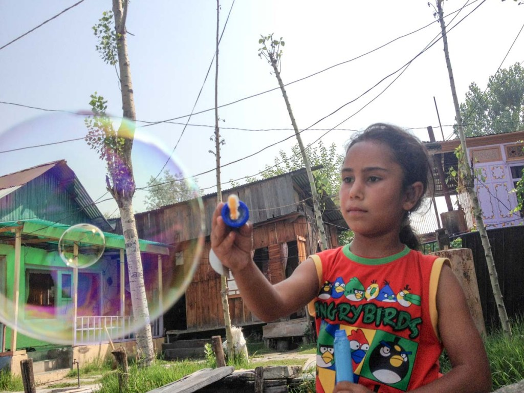 Blowing bubbles at the Dongolas in Kashmir © Nelson Guda 2019