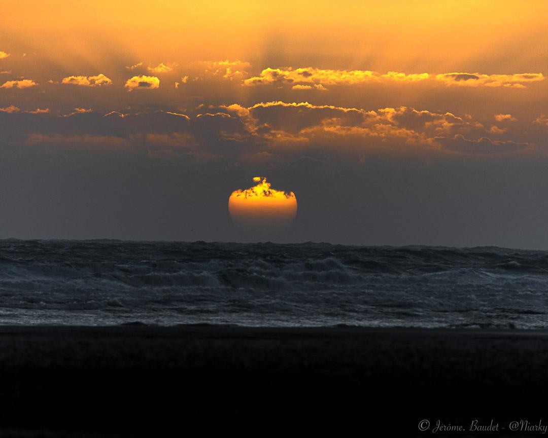 Allez viens! V2 - Petit travail de recadrage sur cette photo, suite aux conseils de Baptiste @dessinateurs ;-) Merci à toi.---On va regarder le soleil, et voir ce qu'il nous souffle ce soir !----------A little cropping work on this picture, following the advice of Baptiste @dessinateurs ;-) Thanks to you.---We're going to watch the sun and see what it blows tonight!.With lens: 300.0 mm f/4.0 at 300 mmExposure: ¹⁄₄₀₀ s à ƒ / 4,0Camera: 300 mm - NIKON Z 7.... #4twitter #equihenplage #france_regards #France4Dreams #Hardelot #Hardelot-Equihen #hautdefrance #hautsdefrancetourisme #Plage #sea #sunset #sunsetsniper - from Instagram