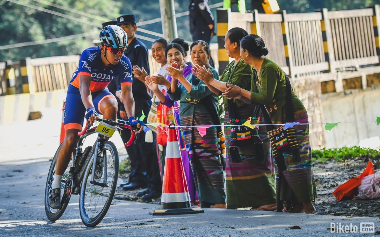 encouragement sur le bord de la route granfond yunnan