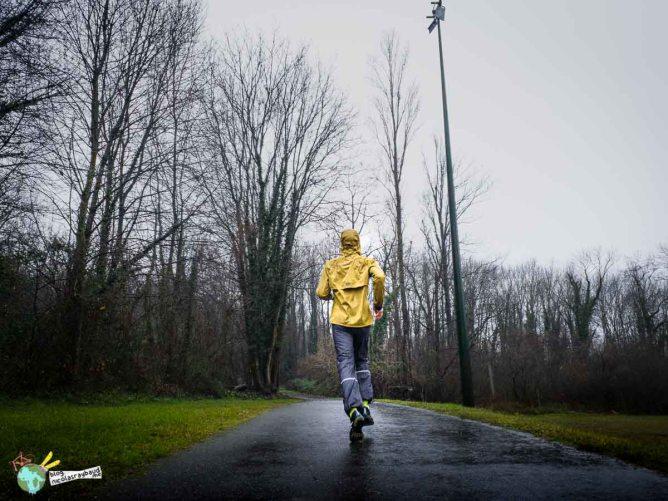courir à pieds sous la pluie