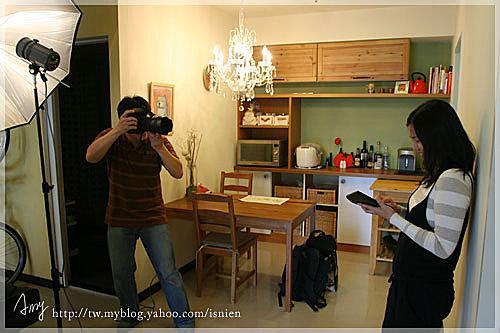 攝影師要我擺出打計算機,得意賺到的樣子,還得笑得很開心。
