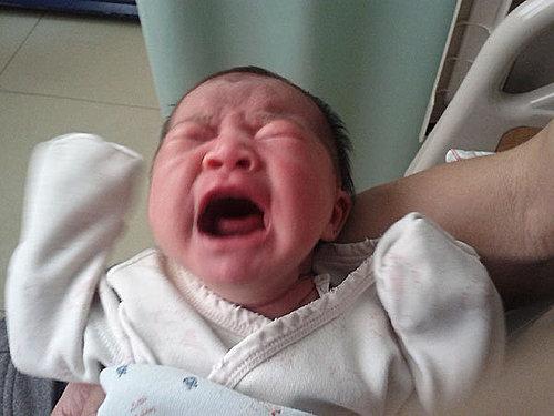 下一秒馬上就變臉了,小孩一哭就變得好醜喔,記得剛生完虎妹,她一哭我們都好緊張,現在第二胎,她一哭我還可以邊慢慢上廁所,或專心幫她換尿布,比較不會手忙腳亂了。