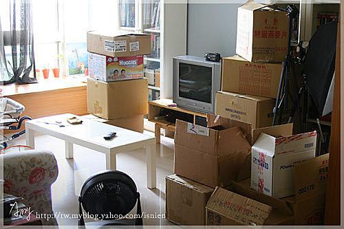 客廳變成這副德性,包裝的那兩週家裡就是整個跟倉庫一樣,紙捲、紙箱堆的到處都是。