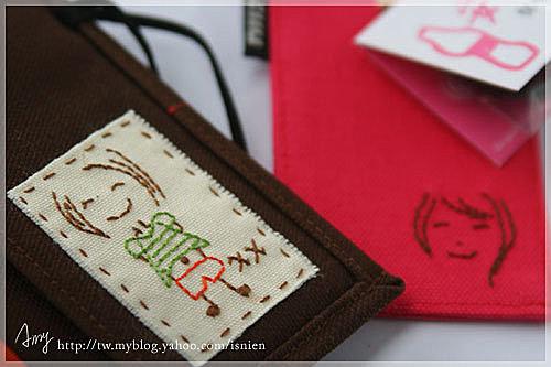 訂製的是高樓大廈筆記本與保平安票卡夾,圖案是zane喜歡的女孩之前親手畫給她的,他想用這個圖案訂做聖誕節禮物給她。我用手縫把香香的圖案縫起來,衣服與褲子的顏色也是隨意搭配的,zane收到後來信說,真的太巧了,香香的衣服的確是這個顏色,好妙ㄚ。