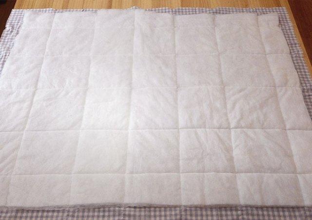 把鋪棉放在表布的背面,鋪棉要比表布四邊小約3cm,用夾子或珠針固定。