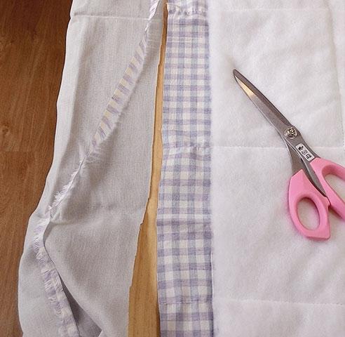 拿另一片表布放在已經壓好棉的後面,把兩塊表布修剪整齊,也是沿著格子剪就好。
