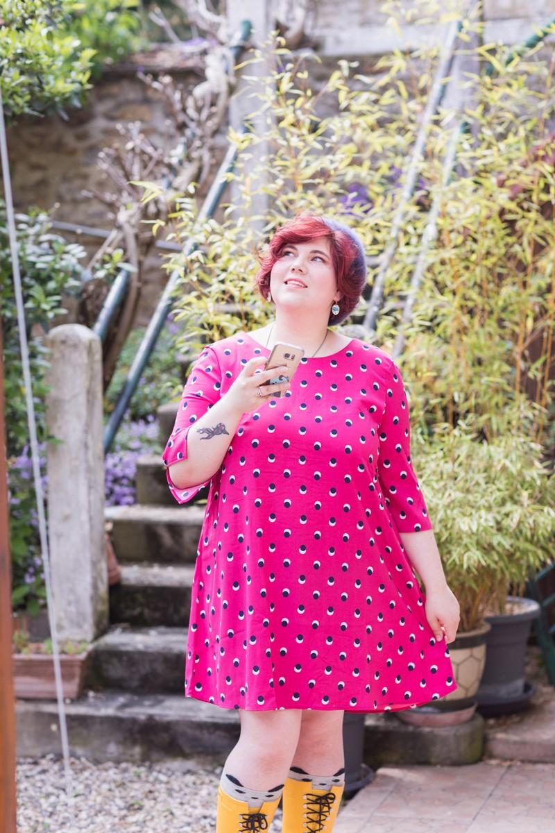 ninaah bulles, ninah, blog mode, grande taille, grosse, ronde, curvy, blogeuse, look, tenue, robe rose, blancheporte, ciré jaune, bottes de pluie, béret, pop