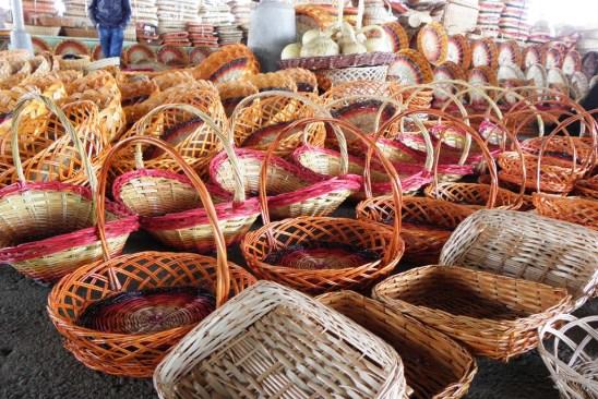 Geflochtene Körbe auf dem Markt