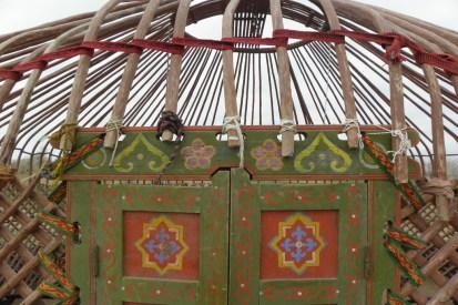 Kyzylkum: Gerippe einer Jurte, die gerade aufgebaut wird