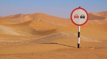 Oman: Straßenschild Überholverbot in der Wüste