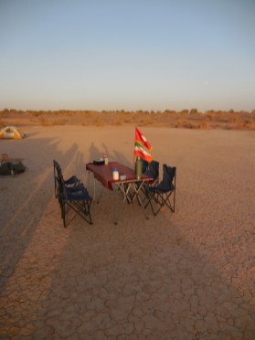 Iran: Esstisch mitten in den Dünen der Dasht-e Kavir