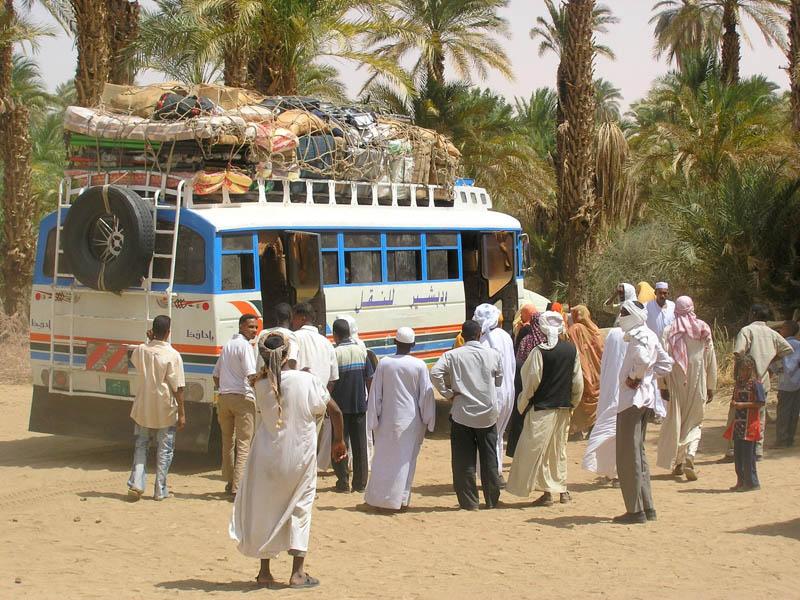 Bus mit Fahrgästen im Sudan