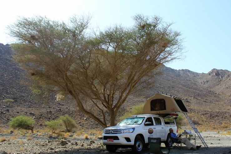 Toyota Hilux mit Dachzelt. Camping im Oman
