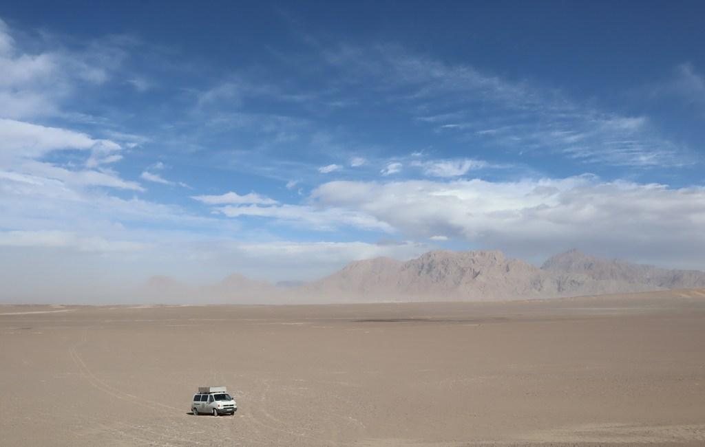 Der VW Bus von Travel for Smiles in der Wüste