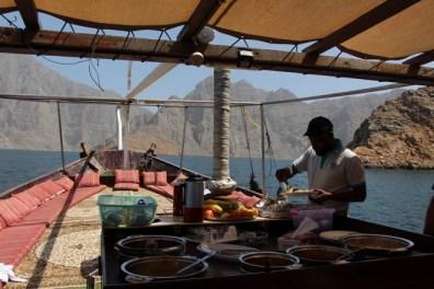 Mittagessen während der ganztägigen Dhaucruise