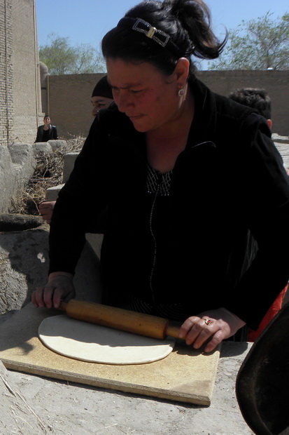 Brotbacken in Khiwa (Usbekistan): Ausrollen des Teigs