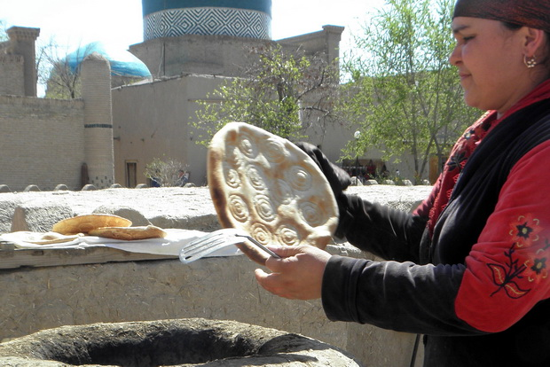 Brotbackofen in Khiwa (Usbekistan): Fertiges Nan!