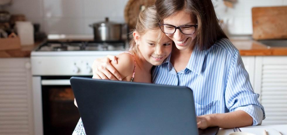dziecko w czasie webinara