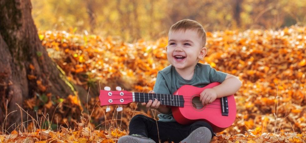 jesienne piosenki po angielsku śpiewa chłopiec na ukulele