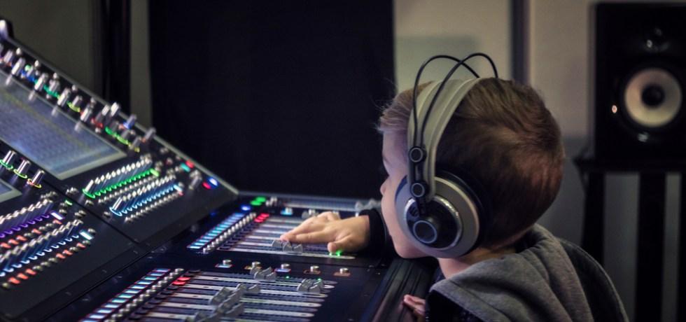 dziecko przy konsoli radiowej