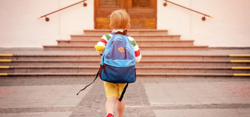 dziecko idące do szkoły