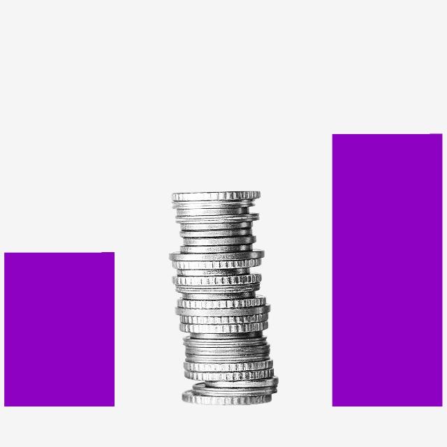 Diferencia entre costos y gastos (blog de Nu Colombia). Pilas de monedas y columnas moradas se suceden intercaladamente de forma ascendente.