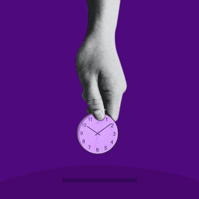 Una mano introduciendo una moneda-reloj en una alcancía. Nu te ayuda a manejar mejor tu tiempo para controlar tu dinero.