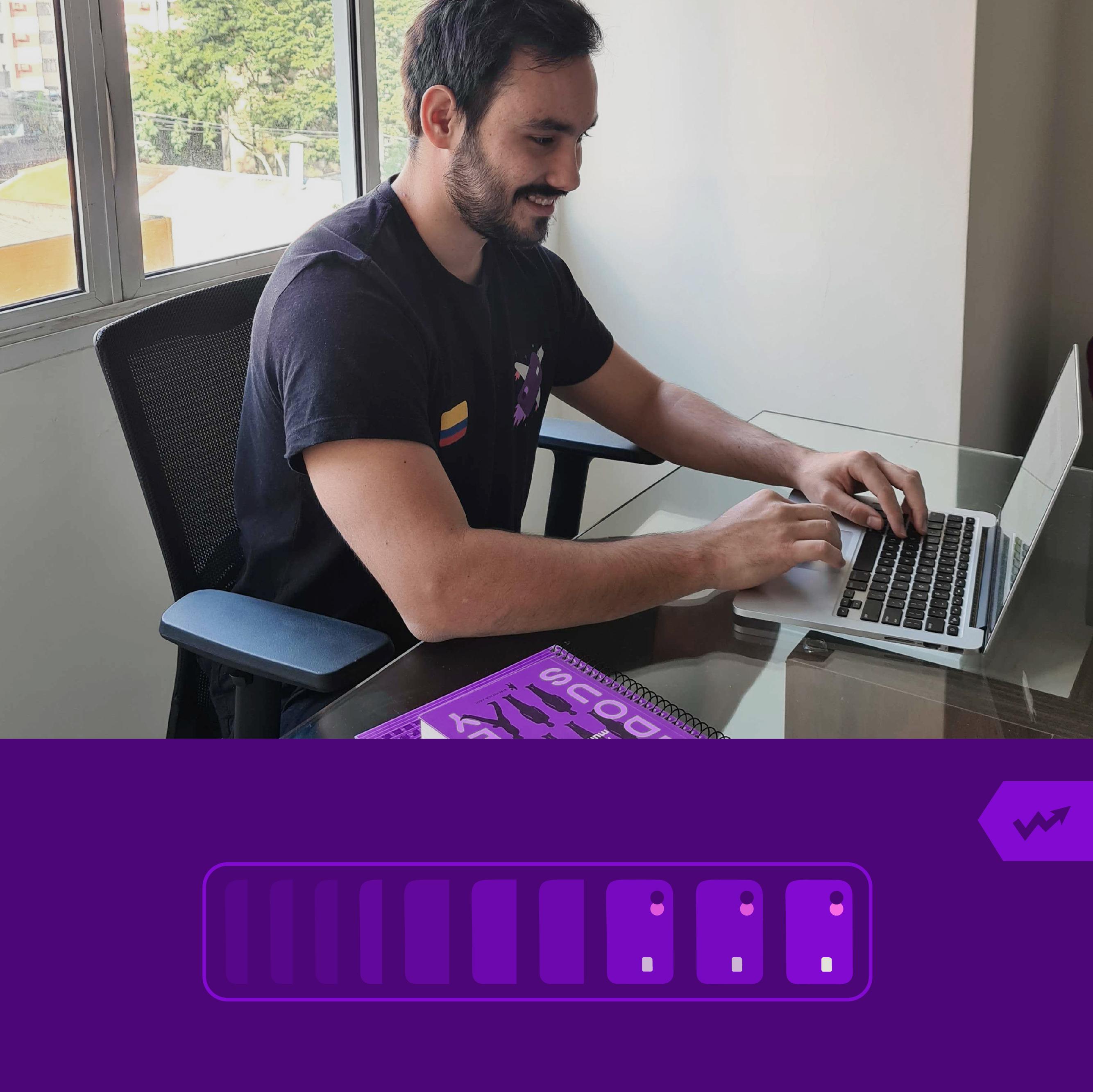 Yuri Muzzi, gerente de Análisis de Negocios de Nu trabaja en su computador con un libro de Aldous Huxley a su lado y piensa cómo expandir el crédito de Nu