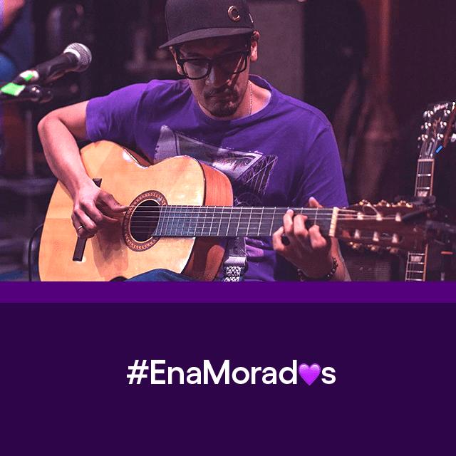 Chey Velásquez tocando su guitarra, uno de los #EnaMorados de Nu