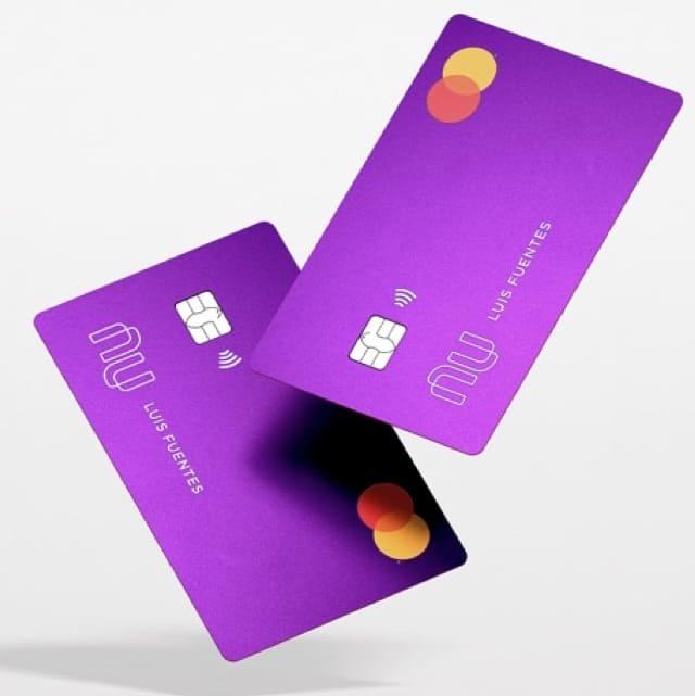 Tarjeta Nu: dos tarjetas moradas parecen danzar en el aire.