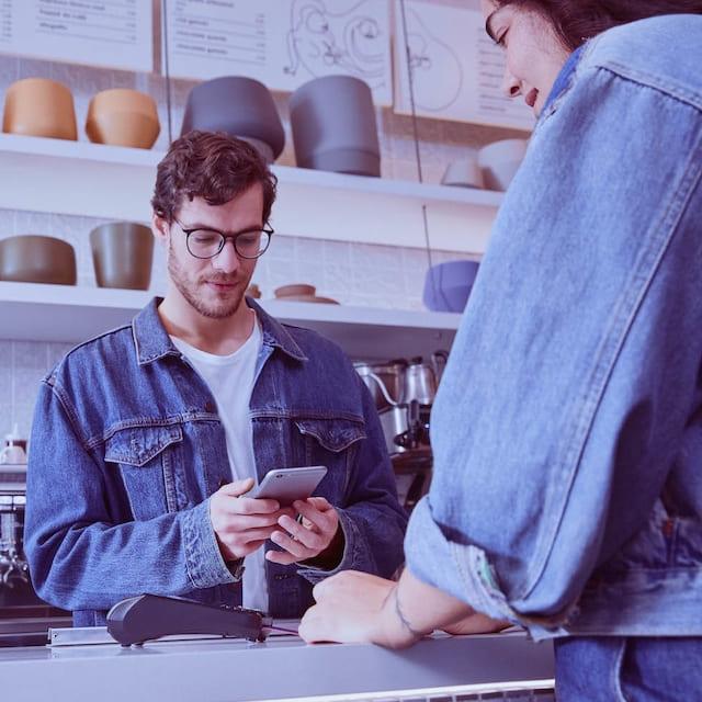 Comerciante recibe una notificación de pago a través de la app Nubank en su celular, en tiempo real: Plan de Pagos Fijos