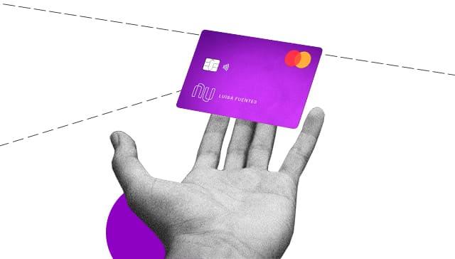 Mano sostiene en el aire tarjeta virtual Nu