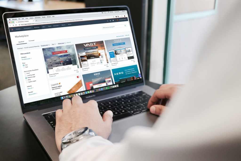Hombre navega por plataformas de compra en línea buscando regalos de navidad