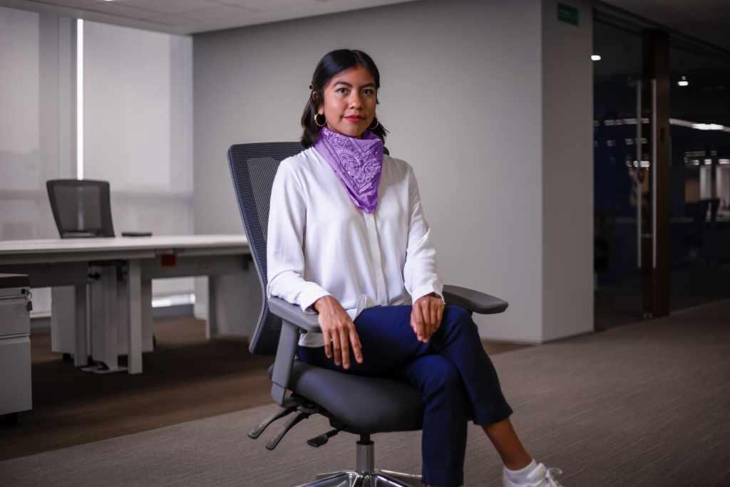 Dulce Jiménez, Customer Excellence Specialist sentada en las oficinas de Nu México con un pañuelo morado al cuello habla sobre empoderamiento femenino y finanzas